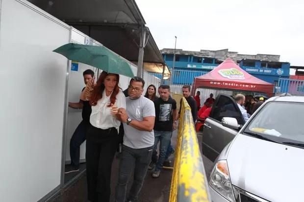 Ivete Sangalo enfrenta chuva na chegada à Apoteose, no Rio, antes de show (Foto: Marcello Sá Barretto e Daniel Pinheiro / AgNews)