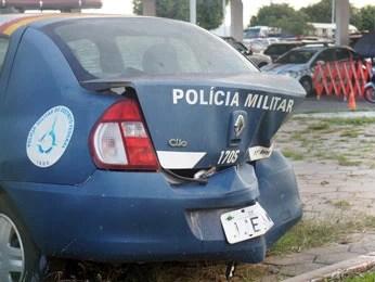 No 11° Batalhão da PM, em Samambaia, viatura está com traseira amassada  (Foto: Ricardo Moreira/G1)