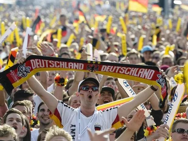 16/6 - Alemães celebram o gol de sua seleção contra Portugal, assistindo ao jogo da Copa do Mundo em telão armado próximo ao Portão de Brandemburgo, em Berlim (Foto: Clemens Bilan/AFP)