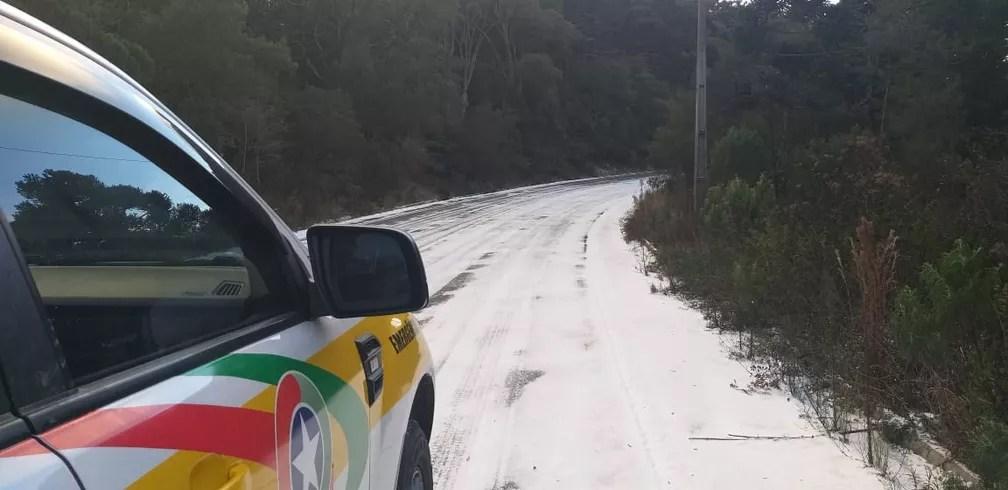 Rodovia em SC congela após temperaturas negativas nesta quinta-feira (29) — Foto: PMRv/Divulgação