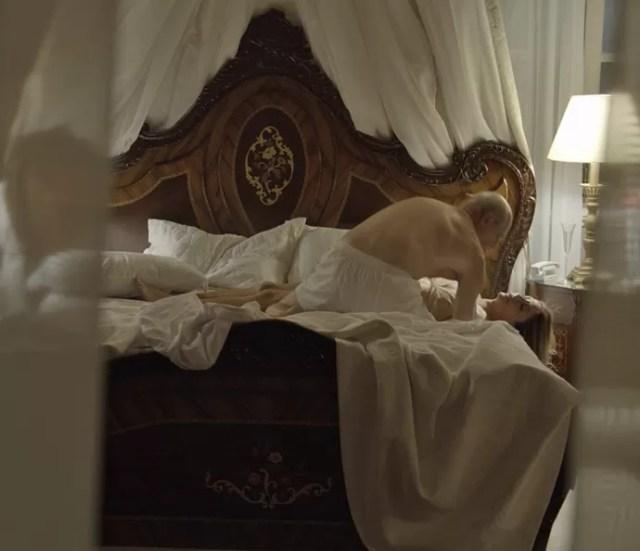 Feliciano se desespera ao notar que Claudine está morta em sua cama (Foto: TV Globo)