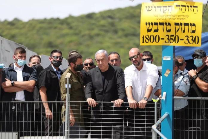 O primeiro-ministro israelense, Benjamin Netanyahu, visita o Monte Meron, no norte de Israel, após tragédia com mais de 40 mortos em evento religioso com judeus ultraortodoxos em 30 de abril de 2021 — Foto: Ronen Zvulun/Reuters
