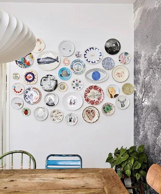 """Detalhe. A coleção de pratos de porcelana tem itens que contam a história de vida da moradora. """"Tem o que fiz com a Seletti, para uma vitrine em Milão, outro que criei com a Tok & Stok e os herdados da minha avó, que são os mais especiais."""" (Foto: Victor Affaro / Editora Globo)"""