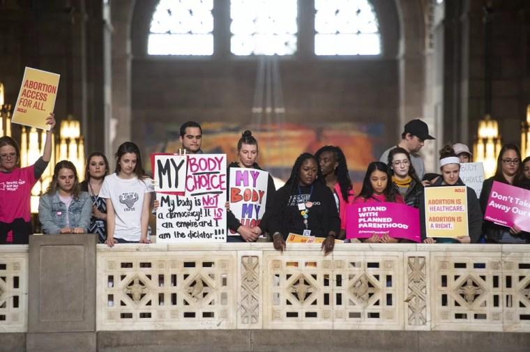 Em Lincoln, Nebraska, ativistas pelo direito ao aborto seguram cartazes nesta terça-feira (21). — Foto: Kayla Wolf/Lincoln Journal Star via AP