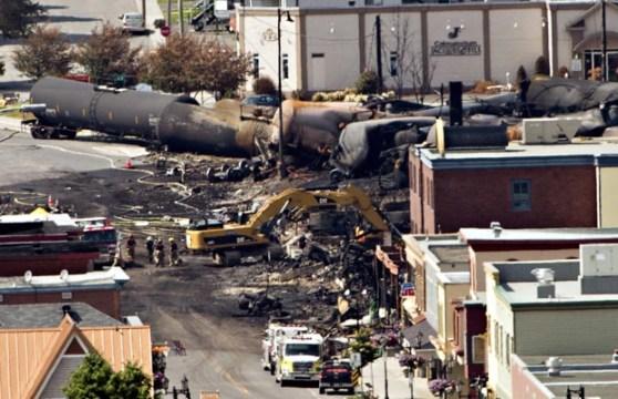 Buscas continuam em Lac-Megantic, Quebec, no local da explosão de um trem carregado de petróleo (Foto: AP)