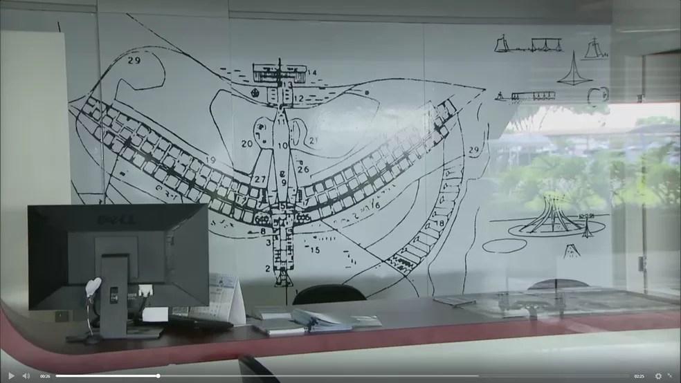 Centro de Atendimento ao Turista do aeroporto JK fechado — Foto: Reprodução/TV Globo