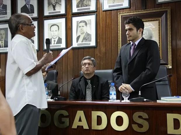 Membro do Comitê da Verdade, Memória e Justiça do Amazonas entrega relatório para procurador da República (Foto: Divulgação/MPF)