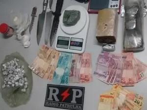 Menor estava com dinheiro e droga (Foto: PM)