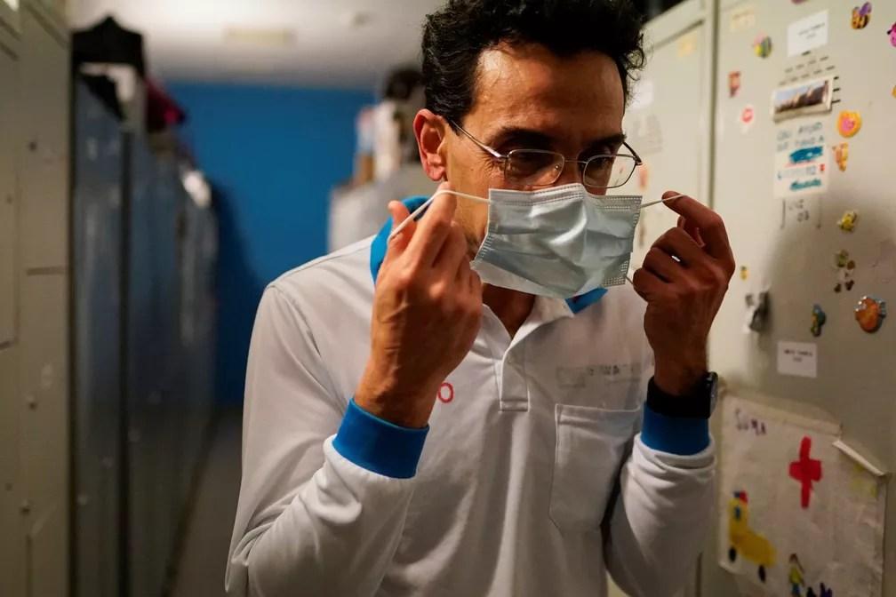 Médico de emergência em Madri, na Espanha, coloca máscara cirúrgica contra o coronavírus no dia 2 de março. — Foto: Juan Medina/Reuters