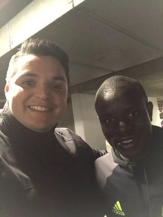 Bruno ao lado de Kante, eleito melhor jogador da Premier League em 2017 (Foto: Divulgação/Arquivo pessoal)