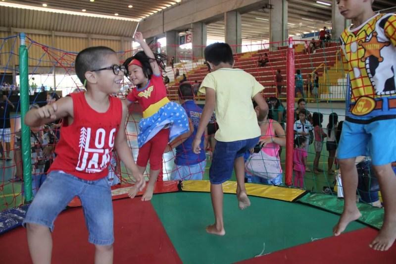 Crianças se divertiram no pula-pula (Foto: Matheus Castro/Rede Amazônica)