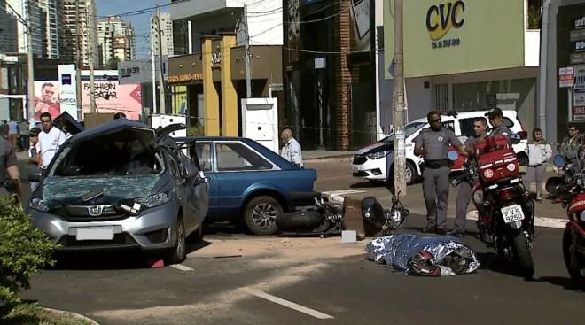 Motociclista morreu em colisão com dois carros na zona Sul de Ribeirão Preto — Foto: Chico Escolano/EPTV
