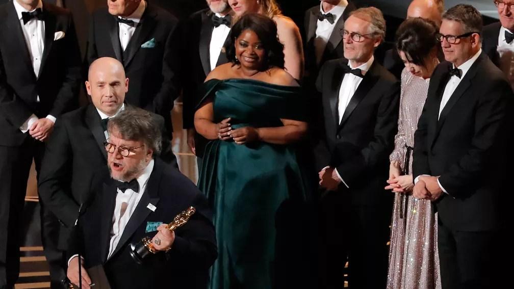 Elenco de 'A forma da água' sobe no palco do Oscar para celebrar prêmio de Melhor Filme (Foto: Lucas Jackson/Reuters)