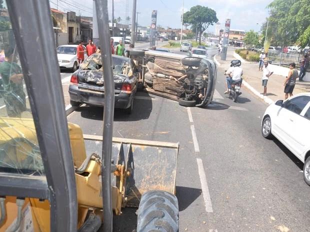 Carro foi empurrado por trator para debaixo da caminhonete, que capotou (Foto: Walter Paparazzo/G1)