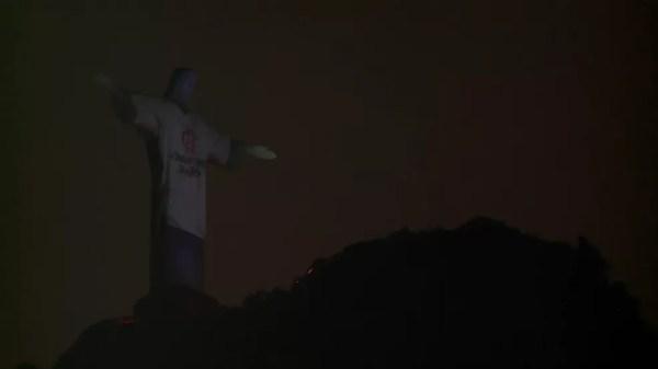 Camisa branca do Flamengo com mensagem 'Jogamos juntos' também foi projetada no Cristo — Foto: Reprodução/TV Globo
