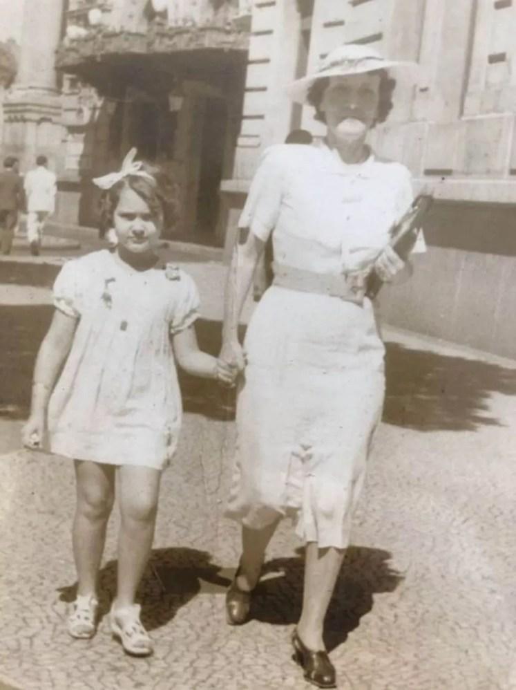 Dirce de Assis Cavalcanti ao lado da mãe, Maria Antonieta Araújo Jorge, a Marieta, com quem Dilermando se uniu ao fim da relação com Ana — Foto: Arquivo/Dirce de Assis Cavalcanti
