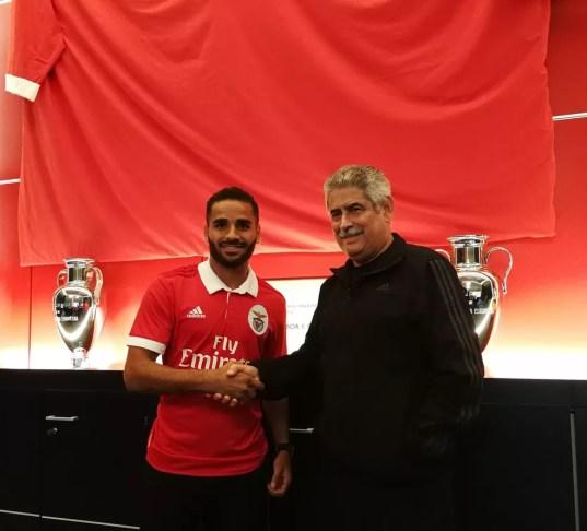 Douglas veste a camisa do Benfica e posa para foto com o presidente Luís Filipe Vieira (Foto: Reprodução / Twitter)