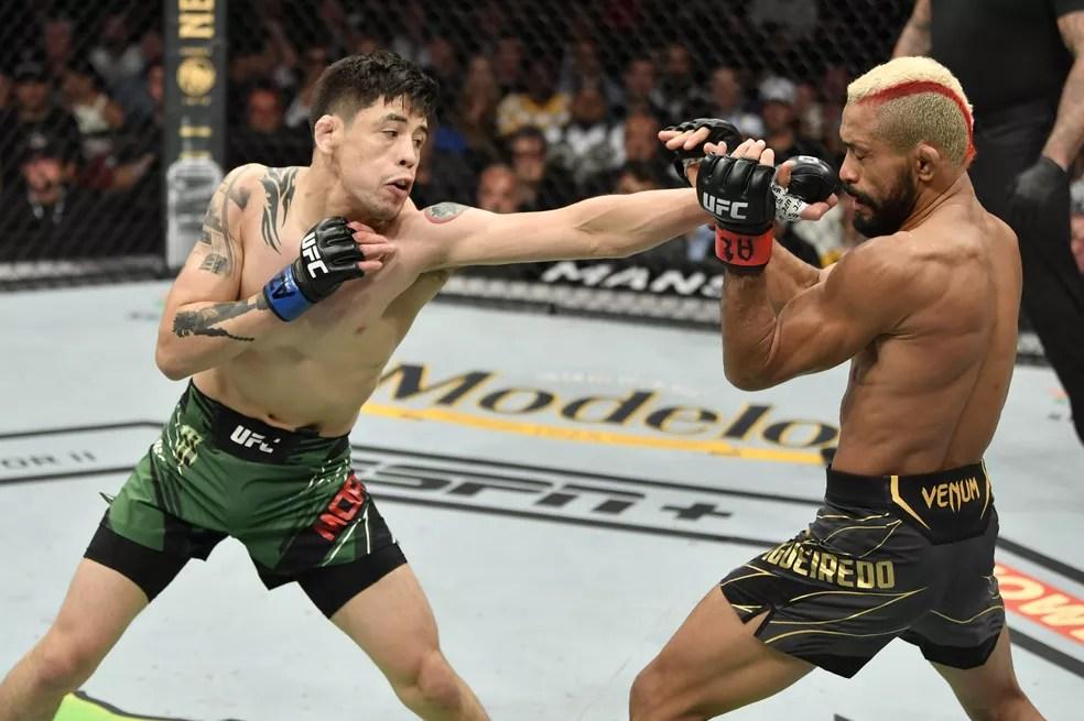 Brandon Moreno golpeia Deiveson Figueiredo no UFC 263 — Foto: Getty Images