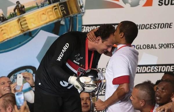 Rogério Ceni e Lucas celebram título da Sul-Americana de 2012 — Foto: Rubens Chiri / www.saopaulofc.net