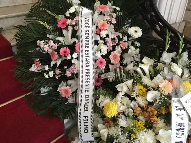 Coroa de flores enviada por Daniel Filho (Foto: Priscila Bessa / EGO)