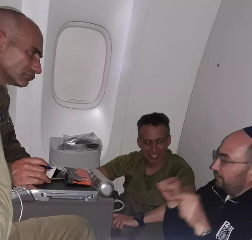 Israelenses planejam trabalhos dentro de avião a caminho da Grande BH — Foto: Raphael Singer/Divulgação