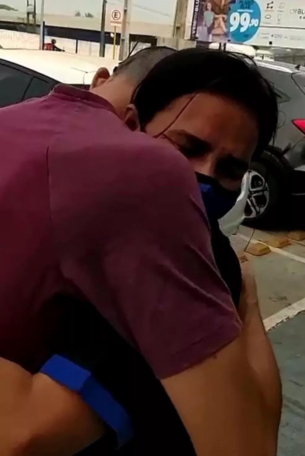 Mãe e filho ficaram se abraçam emocionados  — Foto: Arquivo pessoal