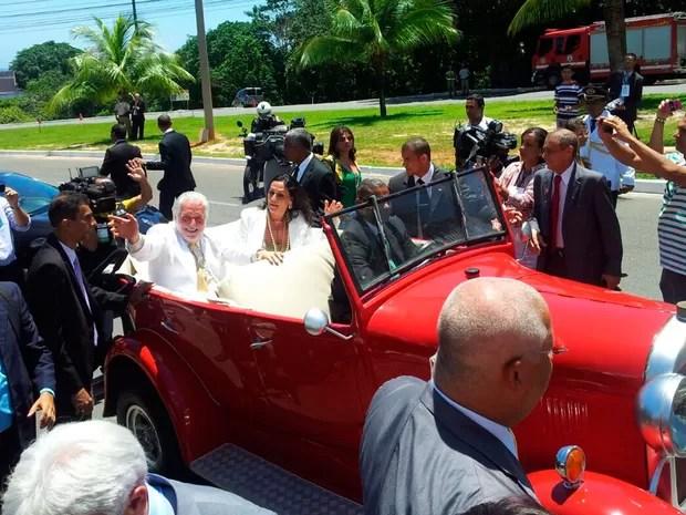 Jaques Wagner e Fátima Mendonça saíram da posse em carro de época (Foto: Ruan Melo/G1)