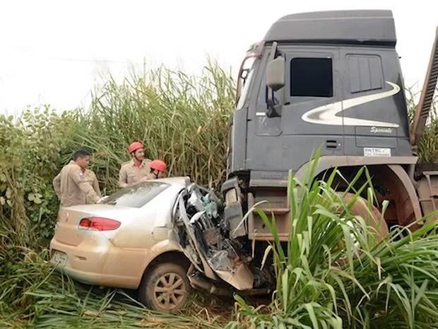 Casal não resistiu e morreu preso nas ferragens do veículo. (Foto: Agora MT)