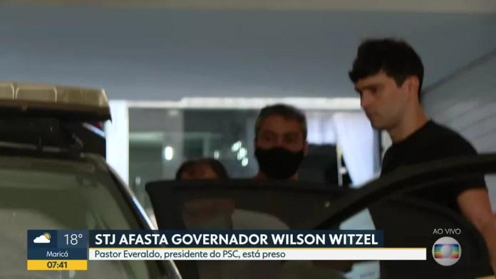 Preso, Pastor Everaldo é colocado em carro da Polícia Federal — Foto: Reprodução/TV Globo