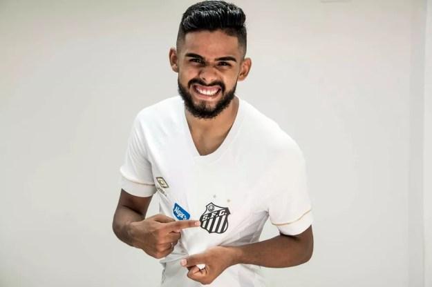 Felipe Jonatan veste a camisa do Santos — Foto: Ivan Storti/Santos FC