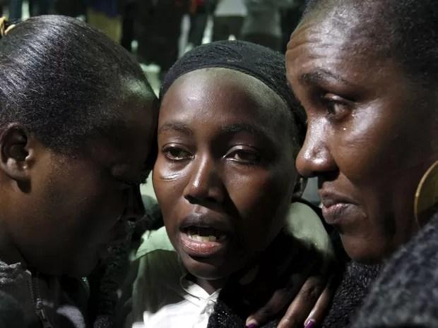 Familiares aguardam para rever familiares resgatados após ataque a Universidade de Garissa, no Quênia (Foto: Thomas Mukoya/Reuters)