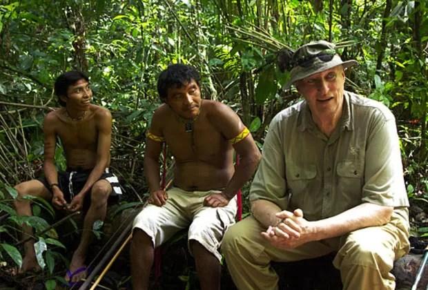 O rei Harold V, rei da Noruega, entre índios na Amazônia (Foto: Rainforest Foundation Norway / ISA Brazil)