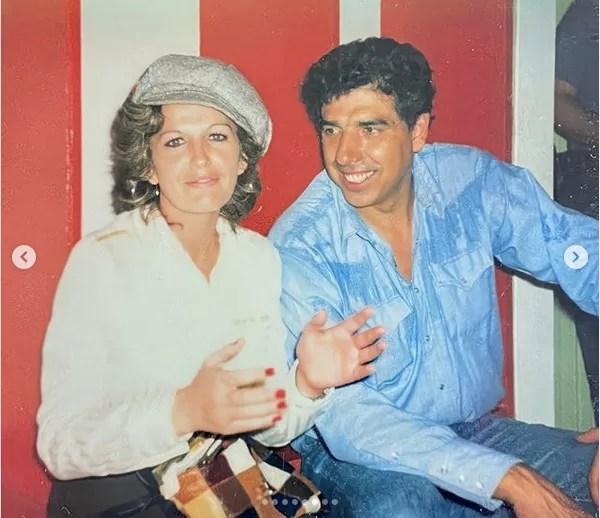 Gache Rivera com Rubén Aguirre (Professor Girafales) nos bastidores de um espetáculo do elenco de Chaves na Venezuela no fim dos anos 70 (Foto: Instagram)