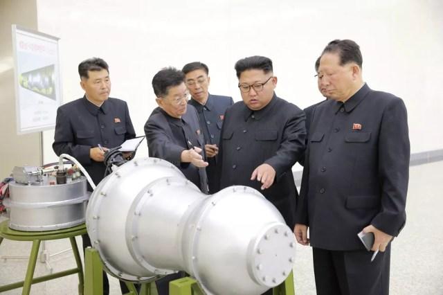 Kim Jong-Un inspeciona suposta bomba de hidrogênio para míssil (Foto: KCNA via REUTERS)