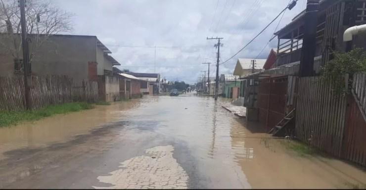 Ruas de Tarauacá também estão alagadas pelas águas do rio neste sábado (13) — Foto: Asscom/Defesa Civil Municipal