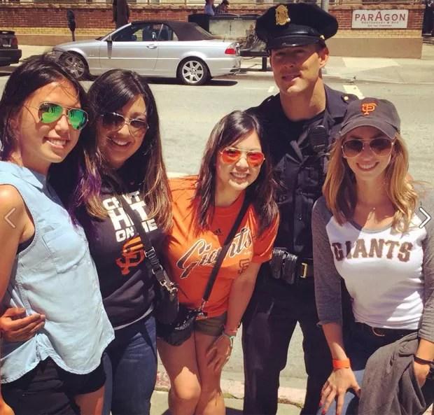 Chris Kohrs se tornou famoso na região e até posa para fotos com suas 'fãs' (Foto: Reprodução/Facebook/Officer Chris Kohrs, aka Hot Cop Of Castro)