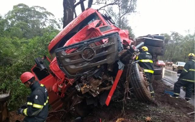 Frente do caminhão ficou destruída com o impacto da batida — Foto: Corpo de Bombeiros/Divulgação