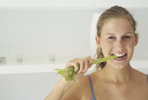 Muitas mulheres começam uma dieta evitando refeições com carne, peixe e derivados do leite  (Foto: Think Stock)