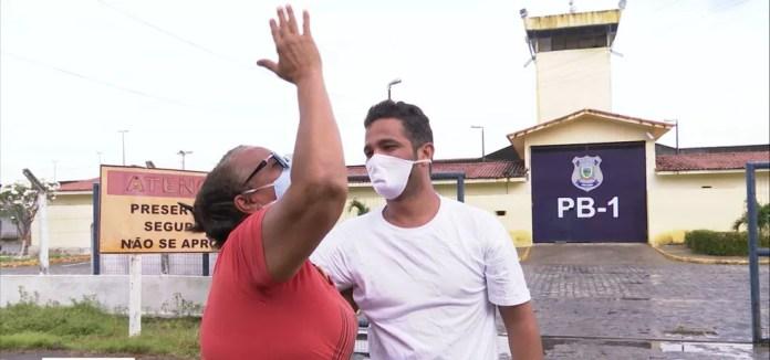 Dona Maria da Penha e Eridan, solto após sete anos preso injustamente na PB — Foto: Reprodução/TV Cabo Branco