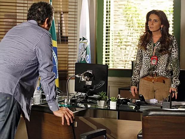 Helô acha suspeita a morte de Santiago (Foto: Salve Jorge/TV Globo)