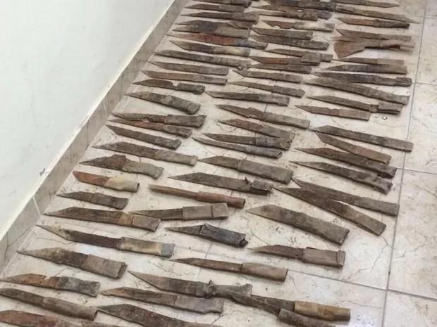 Os inspetores encontraram 126 facas artesanais enterradas (Foto: Divulgação/ Seap)