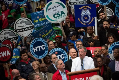 O democrata Bill de Blasio fala a apoiadores na última sexta-feira (1) (Foto: Andrew Burton / Getty Images North America / AFP)