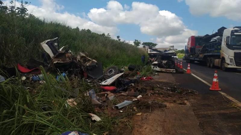 Acidente próximo à cidade de Parapuã deixou mortos e feridos na noite desta segunda-feira (21) — Foto: Paula Sieplin/TV Fronteira