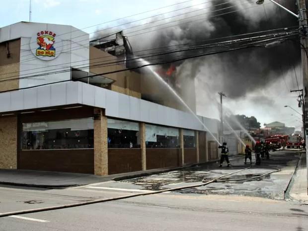 Incêndio atinge panificadora no Dom Pedro, Zona Centro-Oeste de Manaus (Foto: Marcos Dantas/G1 AM)