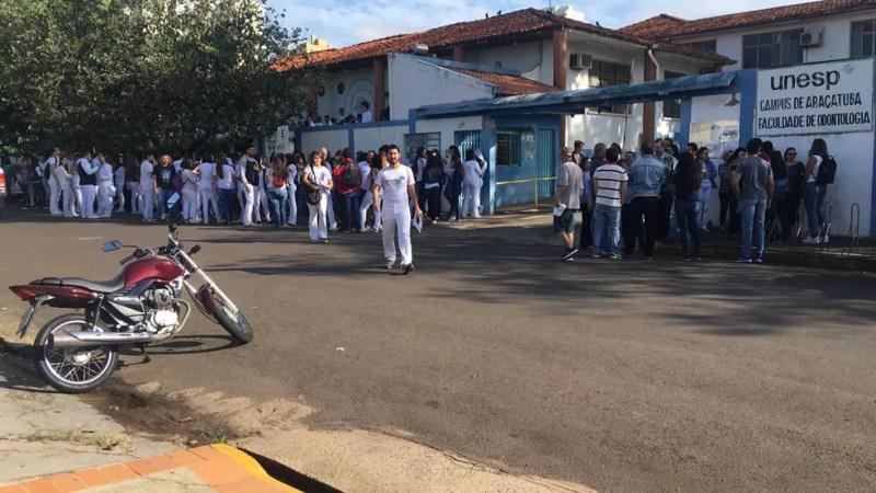 Alunos e professores manifestam contra bloqueios de verba da educação em Araçatuba — Foto: Arquivo Pessoal