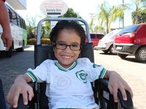 Rafael apresentou melhoras significativas com tratamento e ajuda dos aparelhos produzido pelo pai (Foto: Gil Oliveira/ G1)