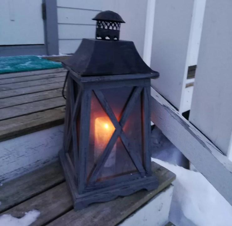 Vela usada para decorar e iluminar a casa em Alta, Noruega — Foto: Nathália Pimenta/Arquivo pessoal