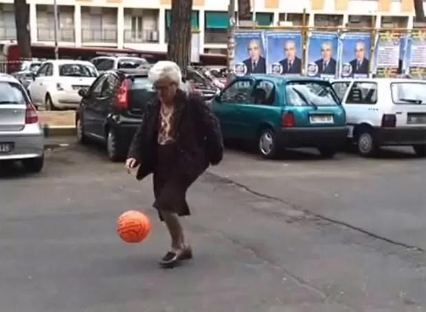 Senhora 'deu show' ao pedir a bola e fazer embaixadinhas junto a grupo de jovens em Roma, na Itália (Foto: Reprodução/YouTube/Testeaposto Roma)