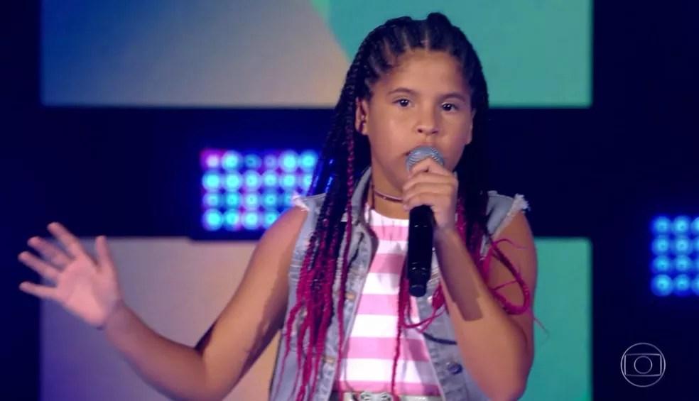 Lívia apostou no ritmo conhecido como sofrência para conquistar uma vaga na próxima fase do 'The Voice Kids' — Foto: TV GLOBO