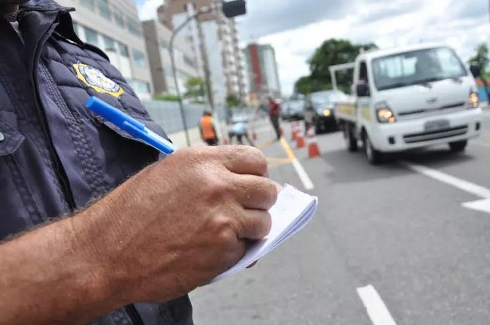 Agente registra Infração no trânsito de Campos, no Rio de Janeiro (Foto: Rodrigo Silveira/Prefeitura de Campos)